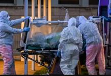 Para pekerja medis membawa seorang pasien dalam perawatan intensif ke rumah sakit sementara Columbus Covid 2 yang baru dibangun di Roma pada 16 Maret 2020. (Foto: Andreas Solaro — AFP / Getty Images via time.com)