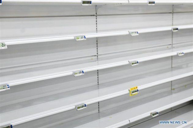 Rak kosong di sebuah supermarket di Brussels, Belgia, pada 16 Maret 2020. (Xinhua / Zhang Cheng)