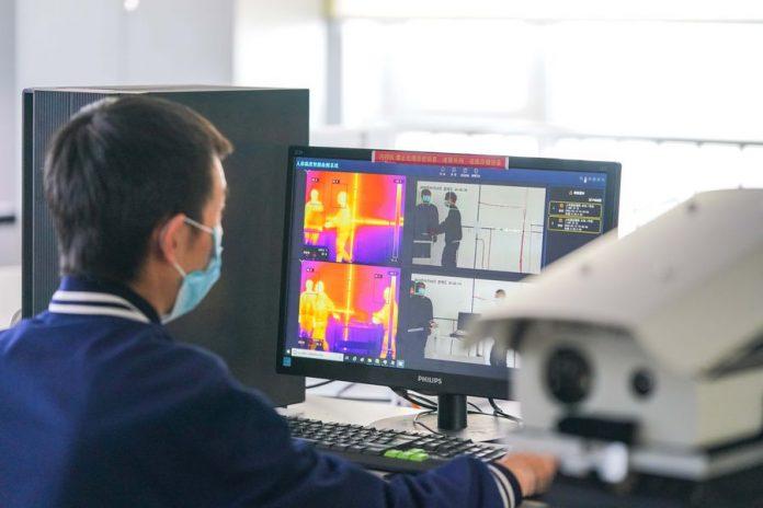 Seorang teknisi dari Harbin Xinguang Optic-Electronics Technology Co, Ltd menyesuaikan termometer spektrum di Harbin, Provinsi Heilongjiang China timur laut, 13 Maret 2020. (Lagu Xinhua / Wang)