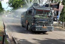 Mobil Water Canon Polres Tanjungpinang saat menyiram cairan desinfektan di jalanan Tanjunpinang (Suryakepri.com/istimewa)