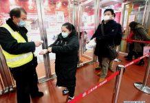 Pelanggan berbaris untuk pemeriksaan suhu tubuh sebelum memasuki pusat perbelanjaan di Jalan Nanjing di Shanghai China timur, 23 Februari 2020. Langkah-langkah komprehensif termasuk membatasi akses, memeriksa suhu tubuh, mendisinfeksi tempat-tempat umum dilakukan ketika bisnis melanjutkan operasi di Shanghai di tengah perang melawan wabah coronavirus baru. (Xinhua / Chen Fei