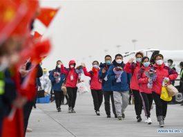 Pekerja medis tiba di bandara di Yinchuan, barat laut Daerah Otonomi Ningxia Hui, Cina 25 Maret 2020. Sebanyak 323 pekerja medis kembali dari Hubei ke Yinchuan pada hari Rabu. Sebanyak 785 pekerja medis dari 6 batch telah pergi ke Hubei untuk membantu upaya pengendalian virus corona baru di sana sejak wabah epidemi. (Xinhua / Feng Kaihua)