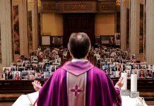 Don Giuseppe Corbari, Pastor Gereja Robbiano, mengadakan misa Minggu ketika ia melihat ke arah foto-foto selfie yang dikirim oleh anggota-anggota jemaatnya dan menempelkan bangku kosong di Giussano pada 22 Maret 2020. FOTO: AFP via Straits Times