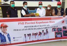 Plt Gubernur Kepulauan Riau (Kepri) H Isdianto saat Penyerahan Bantuan Alat Penyemprot Disinfektan Kepada PMI Karimun di Kantor PMI Karimun, Selasa (31/3/2020).