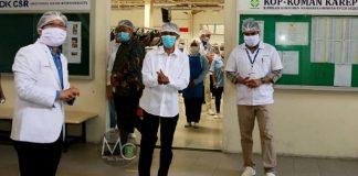 Ketua Harian Gugus Tugas Percepatan Penanganan Corona Virus Disenase (Covid-19), Amsakar Achmad (tengah) saat meninjau sejumlah perusahaan, Rabu (8/4/2020).