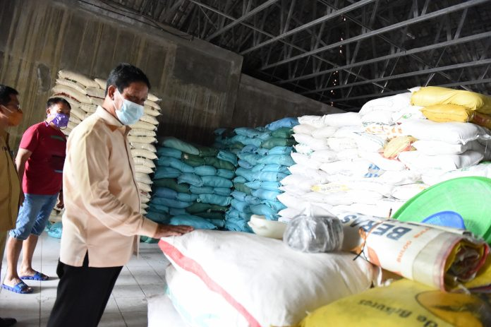 Plt Gubernur Kepulauan Riau (Kepri) H Isdianto saat Meninjau Stok Sembako, Selasa (7/4/2020).