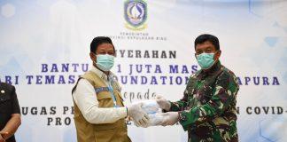 Plt Gubernur Kepulauan Riau (Kepri) H Isdianto yang juga Ketua Gugus Tugas Percepatan Penangan Covid-19 Kepri saat Menerima Bantuan Masker dari Temasek Faundation Singapura di Gedung Daerah Tanjungpinang, Rabu (22/4/2020).