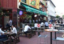 Sebuah tempat makan di Singapura. Pemerintah Singapura membolehkan tempat makanan dan kedai kopi tetap buka, tetapi melarang orang-orang makan di tempat. Hanya boleh membawa pulang. (Foto: Straits Times)
