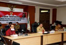 Sekretaris Daerah Provinsi Kepulauan Riau (Kepri) H TS Arif Fadillah saat Mengikuti Rapat melalui Video Conference dengan Menteri Dalam Negeri, Selasa (7/4/2020).