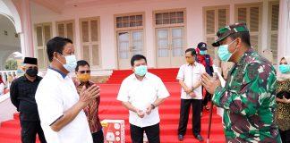 Plt Gubernur Kepulauan Riau (Kepri) H Isdianto saat menerima Bantuan Alat Pelindung Diri (APD) dan Masker dari Pemerintah Pusat di Gedung Daerah Tanjungpinang, Sabtu (11/04/2020).