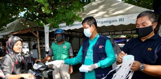 Plt Gubernur Kepulauan Riau (Kepri) H Isdianto dan Anggota PMI Provinsi Kepri saat Melakukan Aksi Nyata Pencegahan Penularan Covid-19, Minggu (12/04/2020).
