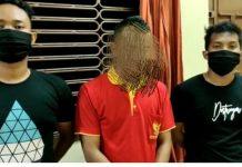 Pelaku (tengah) saat meminta maaf di kantor polisi (Suryakepri.com)