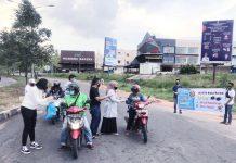 Ikatan Keluarga Alumni Pendidikan Tinggi Kepamongprajaan (IKAPTK) Kota Batam bagi-bagi takjil, masker, dan hand sanitizer di Simpang KDA, Minggu (26/4/2020).