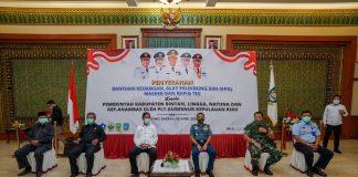 Plt Gubernur Kepulauan Riau (Kepri) H Isdianto saat Menyerahkan Bantuan Keuangan, Alat Pelindung Diri (APD), Masker dan Rapid Tes, Rabu (08/04/2020).