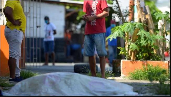 Jenazah korban virus corona dibiarkan di pinggir jalan untuk diangkut oleh petugas kepolisian dan tentara di Ekuador. (Foto: AFP via News Com AU