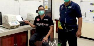 Kepala Dinas Kesehatan Kota Batam, Didi Kusmarjadi menunjuk alat polymerase chain reaction (PCR) untuk menguji sampel swab untuk mengetahui apakah seseorang positif atau negatif tertular virus corona. (Foto: Media Center Batam)