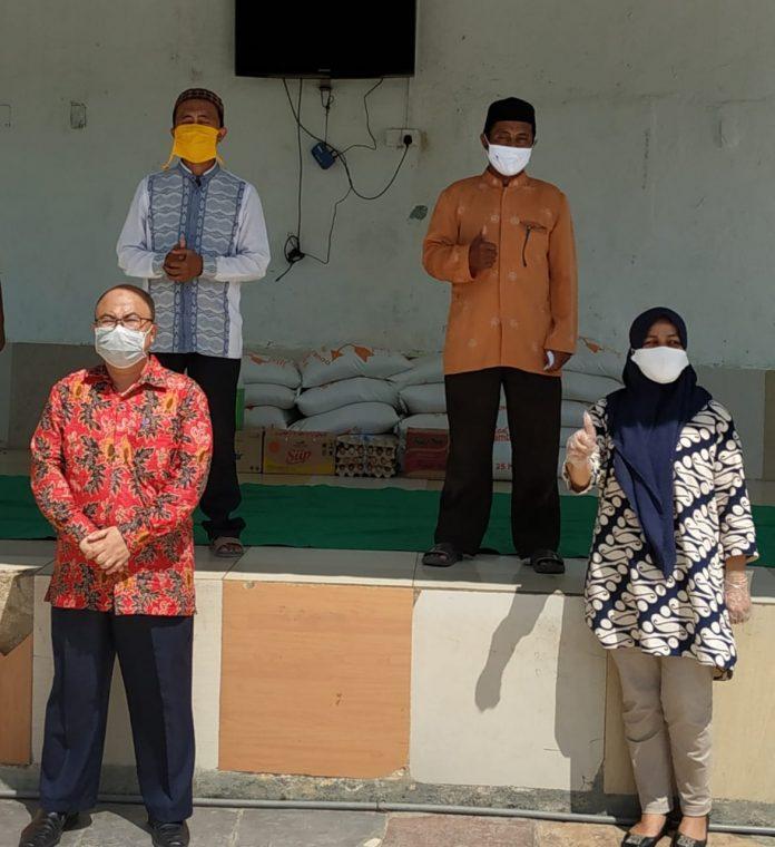 Manager Promosi PKP Gentur Herat (kiri depan) memimpin rombongan PKP Peduli memberikan bantuan kepada Panti Al Fateh yang selama ini melakuklan rehabilitasi terhadap orang-orang ketergantungan narkoba. Mereka juga memberikan bantuan kepada Rumah Singgah yang dikelola pihak gereja. (Foto: PKP Peduli)