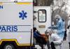 FILE FOTO: Tim penyelamat SAMU Prancis dan petugas pemadam kebakaran yang mengenakan pakaian pelindung mengevakuasi seorang pasien di sebuah jalan di Paris saat Prancis menghadapi perkembangan agresif penyakit coronavirus (COVID-19) 20 Maret 2020. (fOTO: REUTERS/Benoit Tessier VIA France24)