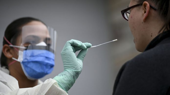 Ilustrasi test Swab virus corona. (Photo: Aaron Lavinsky/Star Tribune via Getty Images)
