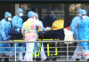 Sejumlah petugas medis mendorong pasien dalam kondisi darurat. (Foto: Screenshot video straitstimes)