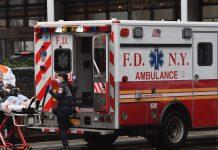 Seorang lansia dirawat di NYU Langone Health Center pada 23 Maret 2020 ketika Kota New York bergulat melawan wabah virus corona. (Foto dari bussiness insider oleh Angela Weiss/AFP melalui Getty Images)