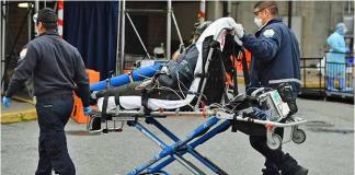Paramedis mendorong kereta dorong dengan pasien ke Ruang Gawat Darurat Pusat Rumah Sakit Brooklyn di wilayah Brooklyn di New York. Angela Weiss / AFP via CNA