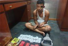 Petugas melakukan pemeriksaan terhadap RA dan didapati barang bukti berupa 20 paket kristal putih diduga sabu seberat lebih kurang 1 kg. (Foto: Suryakepri.com/Aini Lestari)