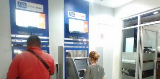 Nasabah Bank BCA sedang melakukan transaksi di mesin ATM pada salah satu kantor kas di wilayah Batam Centre, Senin (6/4/2020). Foto: Suryakepri.com/Eddy Mesakh)