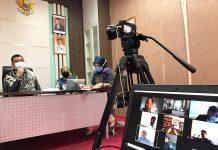Plt Karo Humas Protokol dan Penghubung, Zulkifli saat melakukan rapat di Dompak, Tanjungpinang, Kamis (23/4/2020).