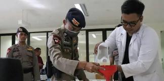 Staf di Universitas Udayana Bali telah mengubah 4.000 liter arak Bali menjadi cairan pencuci tangan untuk melindungi penduduk dari penularan COVID-19. (Foto: AFP via CNA)