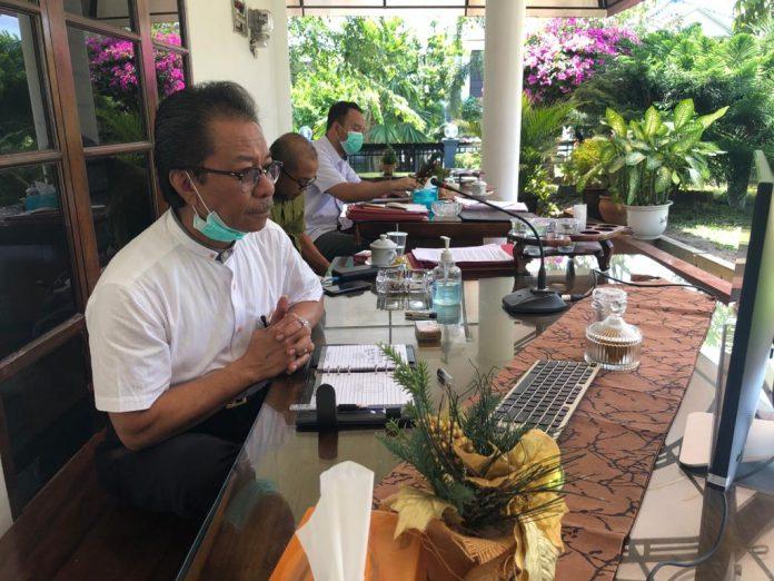 Ketua DPRD Kepri Jumaga Nadeak saat teleconference dengan jajaran Pemprov Kepri, Senin (13/4/2020). Foto: Suryakepri.com/ Muhammad Bunga Ashab.