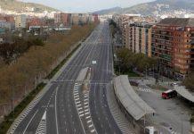 Jalanan kosong di Barcelona. Spanyol berencana memperpanjang masa lockdown. (Foto: AP via ft.com)