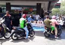 ASITA Kepri membagikan makanan gratis bagi masyarakat di kawasan Penuin, Batam, Jumat (3/4/2020). Foto: Suryakepri.com/Aini Lestari.