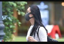 Seorang perempuan mengenakan masker yang dapat digunakan kembali di Raffles Place. (Foto: Channel News Asia/Gaya Chandramohan)