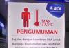 Pengumuman BCA tentang pengukuran suhu tubuh setiap orang yang akan masuk bank tersebut. (Foto: Suryakepri.com/Eddy Mesakh)
