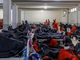 Para kombatan ISIS di dalam ruang kelas yang dimodifikasi menjadi penjara di Suriah. (Foto: Haaretz)