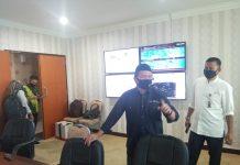 Ketua Tim Buralimar memberi instruksi saat rapat koordinasi Tim Posko Lawan Covid-19 Kepri. Foto: Ist
