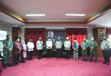 Isdianto saat menerima kunjungan silaturahmi dari Kapolda dan Wakapola Kepri di kantor Gubernur, Dompak, Tanjungpinang, Selasa (12/5).