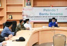 Penyerahan bantuan sembako tersebut di terima secara simbolis oleh Sekdaprov Kepri, H TS Arif Fadillah selaku Ketua Harian Gugus Tugas Percepatan Penanganan Covid-19 Provinsi Kepri.