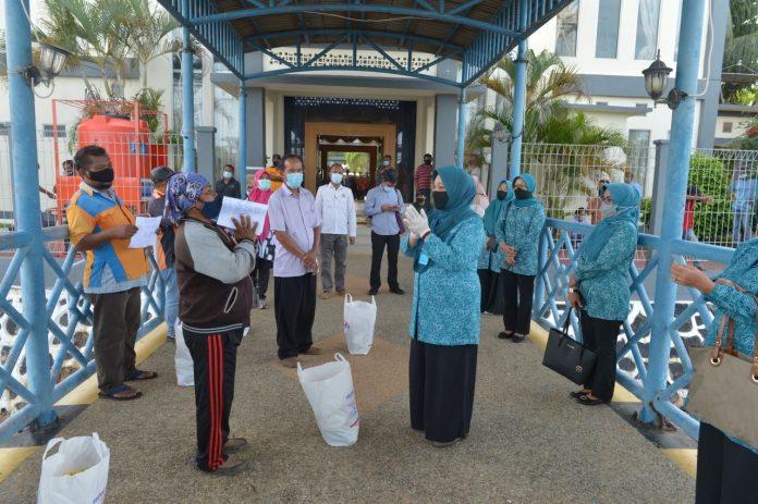 Provinsi Kepri Meri Isdianto membagikan banyak 200 paket sembako kepada porter dan pangkalan ojek pelabuhan Punggur dan porter pelabuhan domestik Sekupang, di VIP Pelabuhan Telahapunggur Batam, Rabu (20/4) petang.
