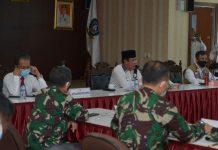 Plt Gubernur Kepri dalam sebuah rapat