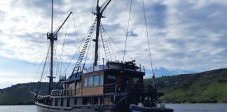 Kapal Pesiar El Aleph milik warga Prancis diusir dari perairan Lembata oleh Satgas Covid-19 Kabupaten Lembata, Flores, NTT. (Foto: Suryaflobamora/Alle Lamaberaf)