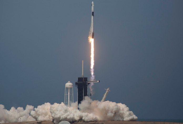 Roket SpaceX Falcon 9 diluncurkan ke luar angkasa bersama astronot NASA Bob Behnken (kanan) dan Doug Hurley naik roket dari Kennedy Space Center pada 30 Mei 2020 di Cape Canaveral, Florida. (Foto oleh Saul Martinez / Getty Images viatechcrunch.com)