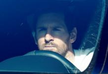 Lionel Messi tiba di tempat latihan Barcelona (Foto Reuters via The Sun)