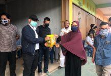 Ketua DPRD Kota Batam Nuryanto SH MH menyerahkan bantuan sembako kepada warga di Kecamatan Bengkong, Batam, Minggu (17/5/2020) sore.