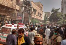 Ambulance tiba di lokasi jatuhnya pesawat Airbus A320 milik PIA Airlines di Karachi, Pakistan, Jumat (22/5/2020). Foto: Daily Mail)