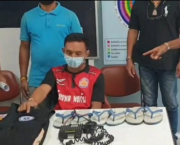 Theerapat Klaiya dan tiga pasang sandal hasil curiannya saat konferemsi pers di kantor polisi. (Foto: IBT)