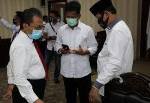 Ketua DPRD Kepri Jumaga Nadeak saat berbincang-bincang dengan Plt Gubernur Kepri Isdianto dan Wali Kota Batam Muhammad Rudi dan Plt Gubernur Kepri Isdianto(Suryakepri.com/ist)