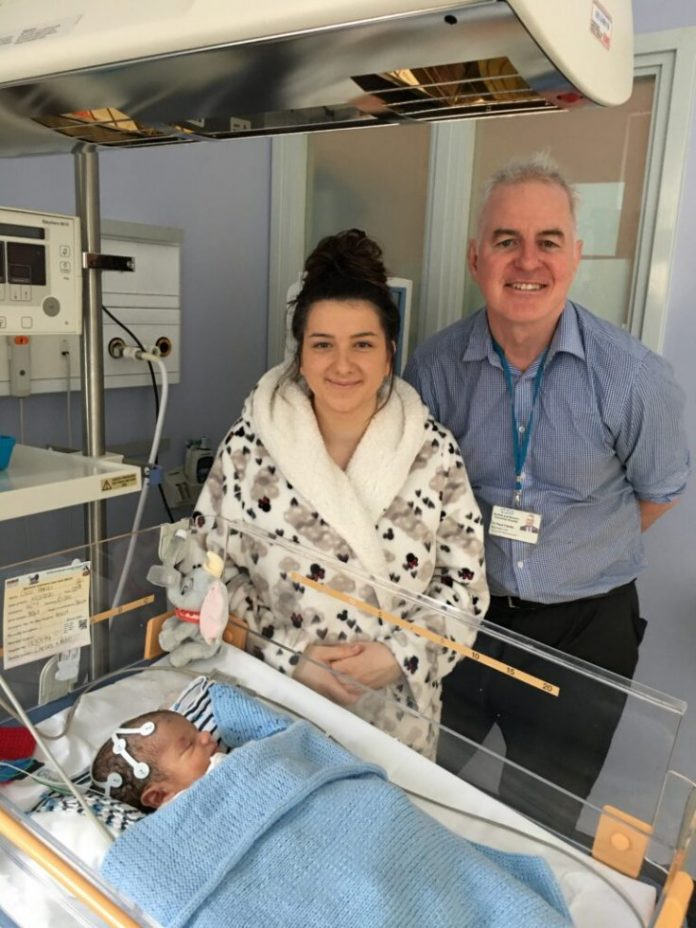 Bayi bernama Oscar Parodi dan ibunya Chelsea, di NICU bersama Profesor Paul Clarke (Foto: nnuh.nhs.uk via IBT.Com)