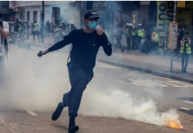 Polisi menembakkan gas air mata ke arah para pengunjuk rasa ketika demonstrasi menentang UU keamanan baru dari China yang akan diterapkan di Hong Kong, Minggu 24 Mei 2020. (Foto: AFP / Issac Lawrence via CNA)